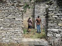 Arqueológos de Ondare Babesa, S.L. haciendo la lectura de alzados de la Iglesia de San Sebastián de Artxua (Foto: Ondare Babesa, S.L.)